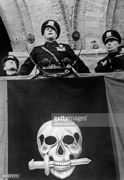 Ciano Galeazzo Graf *Politiker I während einer Ansprache auf der Piazzadel Duomo in Mailand anlässlich desersten Jahrestages des Bestehens...
