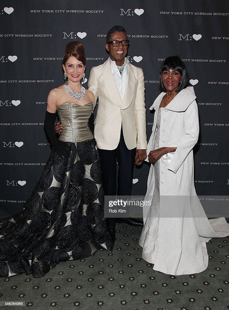 <a gi-track='captionPersonalityLinkClicked' href=/galleries/search?phrase=Cicely+Tyson&family=editorial&specificpeople=211450 ng-click='$event.stopPropagation()'>Cicely Tyson</a> (R), designer B. Michael (C) and a member of the board attend the 200th Anniversary New York City Mission Society Gala Dinner at The Pierre Hotel on December 12, 2012 in New York City.