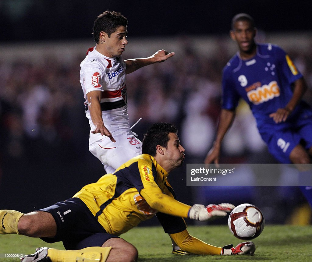 Cicinho (B) of Sao Paulo fights for the ball with goalkeeper Fabio (F) of Cruzeiro during a match as part of the Libertadores Cup 2010 on May 19, 2010 in Sao Paulo, Brazil.