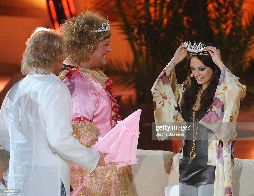 Cindy aus Marzahn gives Nicole Richie a diadem during the Wetten Dass...? Summer Edition on May 23, 2010 in Palma de Mallorca, Spain.