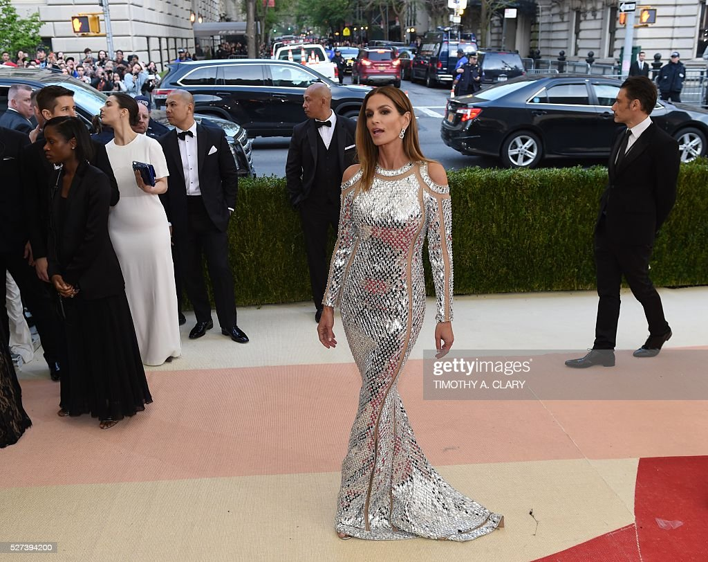 Cindy Crawford arrives for the Costume Institute Benefit at The Metropolitan Museum of Art May 2, 2016 in New York. / AFP / TIMOTHY