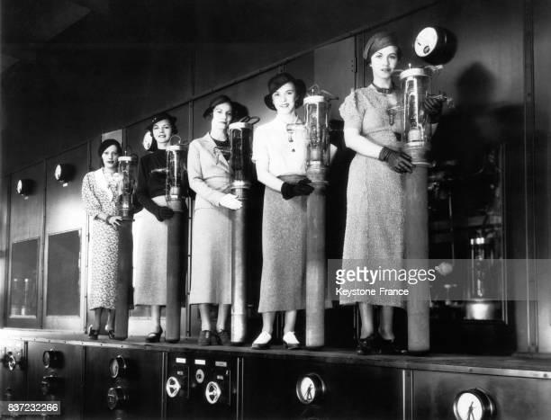 Cinq stars tiennent chacune en main un tube d'eau servant au refroidissement des transmetteurs radiophoniques le 27 avril 1934 à Cincinnati OH