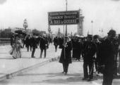 Antiwar demonstrators outside the International Conference at the Hague 1907 A protestor carries a placard reading ´International Entente Universal...