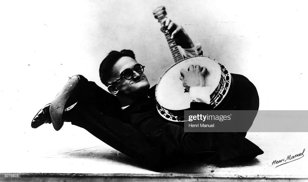 A contortionist banjo player called Smith goes in for his solo