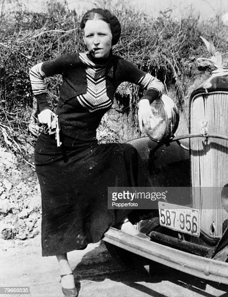 Circa 1932 American criminal Bonnie Parker who together with Clyde Barrow of Bonnie Clyde infamy from August 1932 untill being ambushed and killed by...