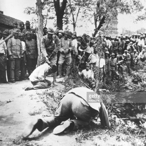 Japanese soldiers executing Chinese civilians