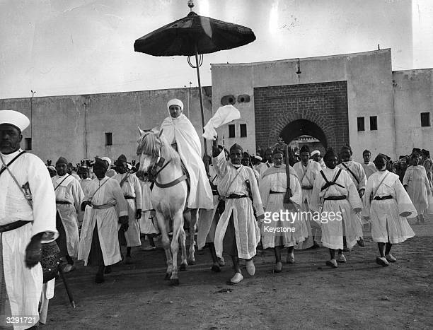 Sidi Mohammed Ben Youssef Sultan of Morocco from 1927 returns from the mosque where he opened the festival 'Aid El Kebir' which dates back to the...