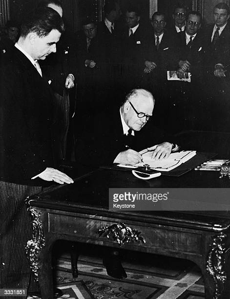 The High Commissioner for New Zealand W J Jordan signing a peace treaty with Finland in Paris