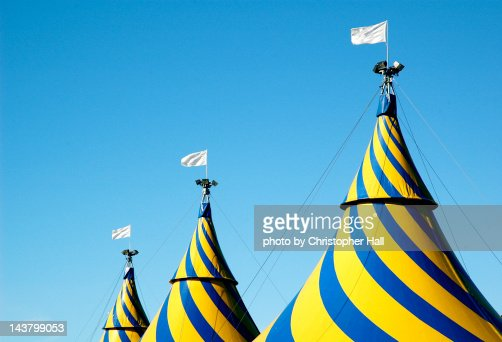 Circus tents against blue sky : Stock-Foto