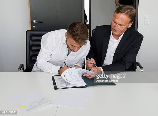 Ciro Immobile and CEO of Borussia Dortmund HansJoachim Watzke sign the new contract on June 2 2014 in Dortmund Germany Italy striker Immobile has...