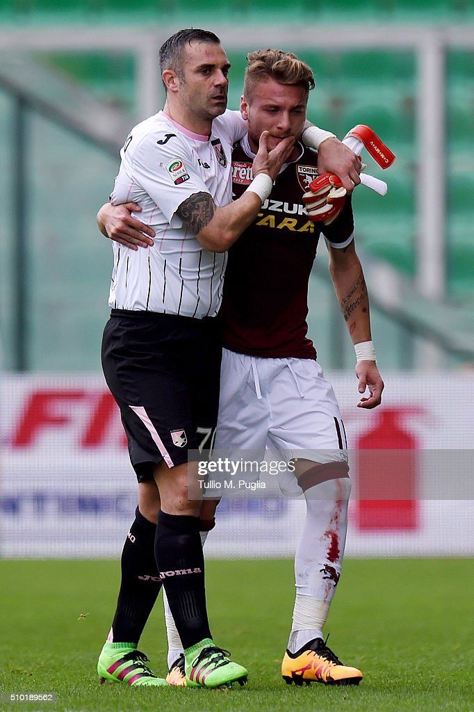 <a gi-track='captionPersonalityLinkClicked' href=/galleries/search?phrase=Ciro+Immobile&family=editorial&specificpeople=5820229 ng-click='$event.stopPropagation()'>Ciro Immobile</a> (R) of Torino helps Stefano Sorrentino of Palermo after an injury during the Serie A match between US Citta di Palermo and Torino FC at Stadio Renzo Barbera on February 14, 2016 in Palermo, Italy.