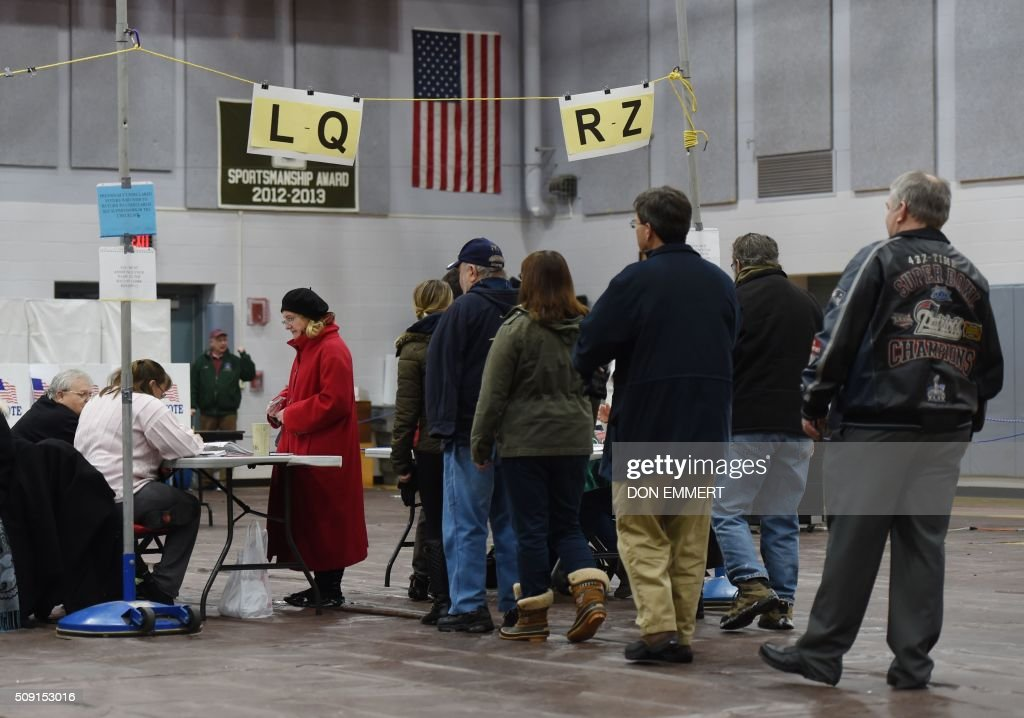 Citizens line up to vote at Belmont High School February 9, 2016 in Belmont, New Hampshire. / AFP / Don EMMERT
