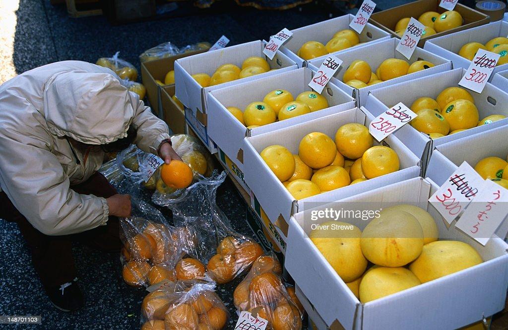 Citrus fruit for sale in Kochi's asa-ichi.