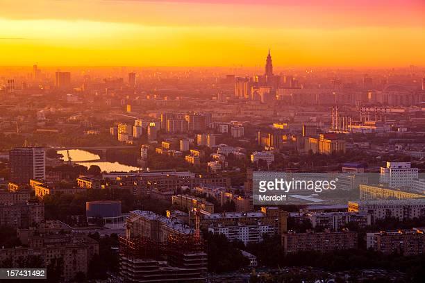 Stadt bei Sonnenuntergang. Vogelperspektive
