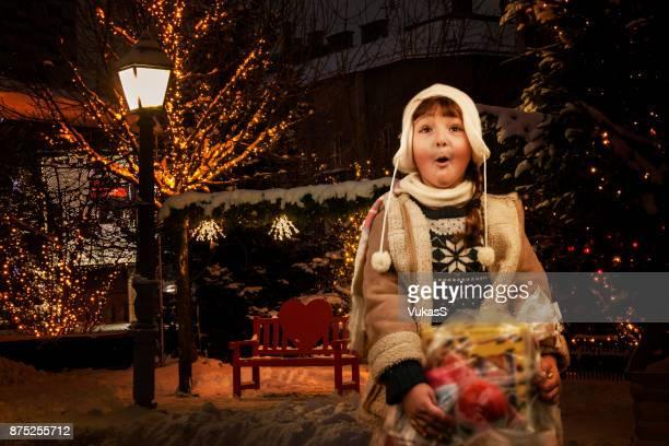 Staden julljus och söt tjej