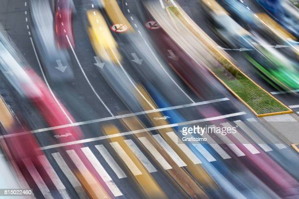 Stadt Zebrastreifen mit starkem Verkehr während der Rush Hour verschwommen Bewegung