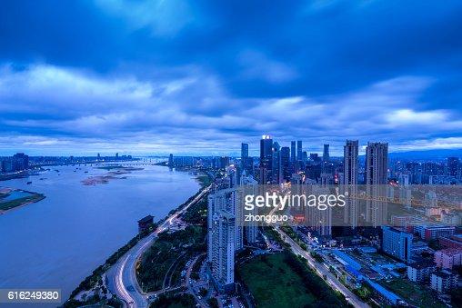 Vista de cidade à noite : Foto de stock