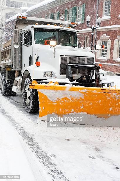 City Schnee Pflug Arbeit in einem Sturm