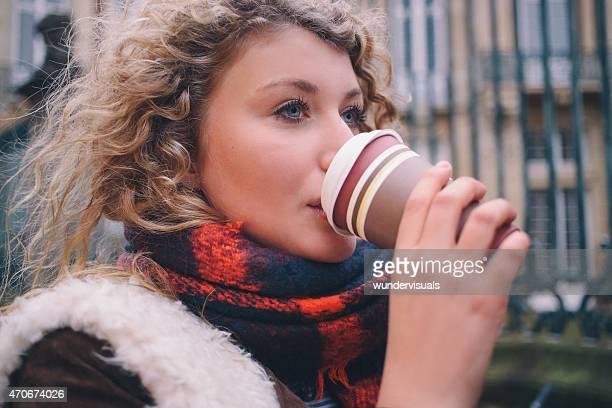 City student sich einen Kaffee zum Mitnehmen auf winter-Tag