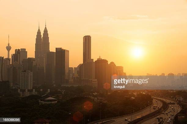 Ciudad con puesta de sol