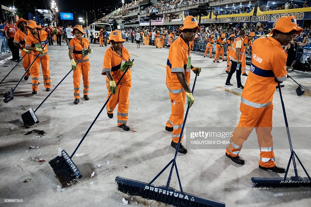 City's cleaning people sweep after the performance of Grande Rio samba school during the first night of the carnival parade at Sambadrome in Rio de Janeiro, Brazil on February 8, 2015. AFP PHOTO / YASUYOSHI CHIBA / AFP / YASUYOSHI CHIBA