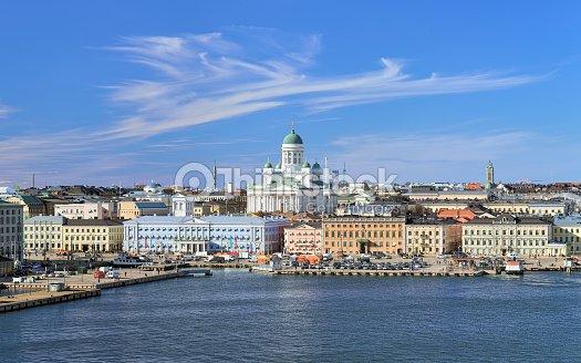 Paisaje de la ciudad de Helsinki con catedral, al puerto y Plaza del mercado : Foto de stock