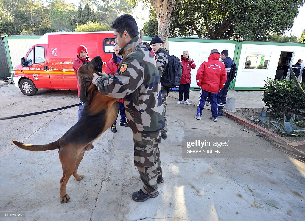 A civil security dog-handlers, firemen and gendarmes, prepare on October 29, 2012 to search for a 12-year-old British boy, who disappeared on October 27, on Porquerolles island, southeastern France. Sixty soldiers and three civil security dog-handlers from Brignoles are paricipating in the search. AFP PHOTO GERARD JULIEN