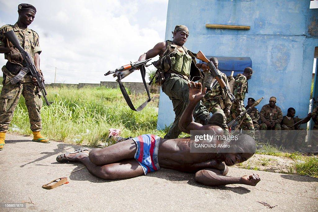 The Battle Of Abidjan. Guerre civile en Côte d'Ivoire : la bataille pour Abidjan. Les troupes fidèles au président reconnu par la communauté internationale Alassane OUATTARA se sont emparées de la totalité du pays en moins d'une semaine. Le 4 avril 2011, les Forces républicaines de Côte d'Ivoire (FRCI) vont lancer l'ultime offensive pour prendre le contrôle de la capitale économique du pays et chasser Laurent Gbagbo. Quartier de la Gesco, commune de Yopugon, la plus peuplée d'Abidjan : cet homme dénudé et athlétique, soupçonné d'être un des hommes de main de Gbagbo, est tabassé sans ménagement.
