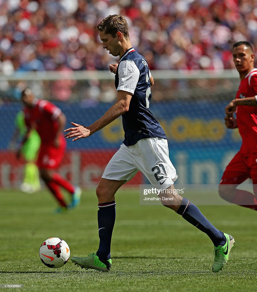 Clarence Goodson #21 of the United States controls the ball against Panama during the CONCACAF Gold Cup final match at Soldier Field on July 28, 2013 in Chicago, Illinois. The United States defeated Panama 1-0.
