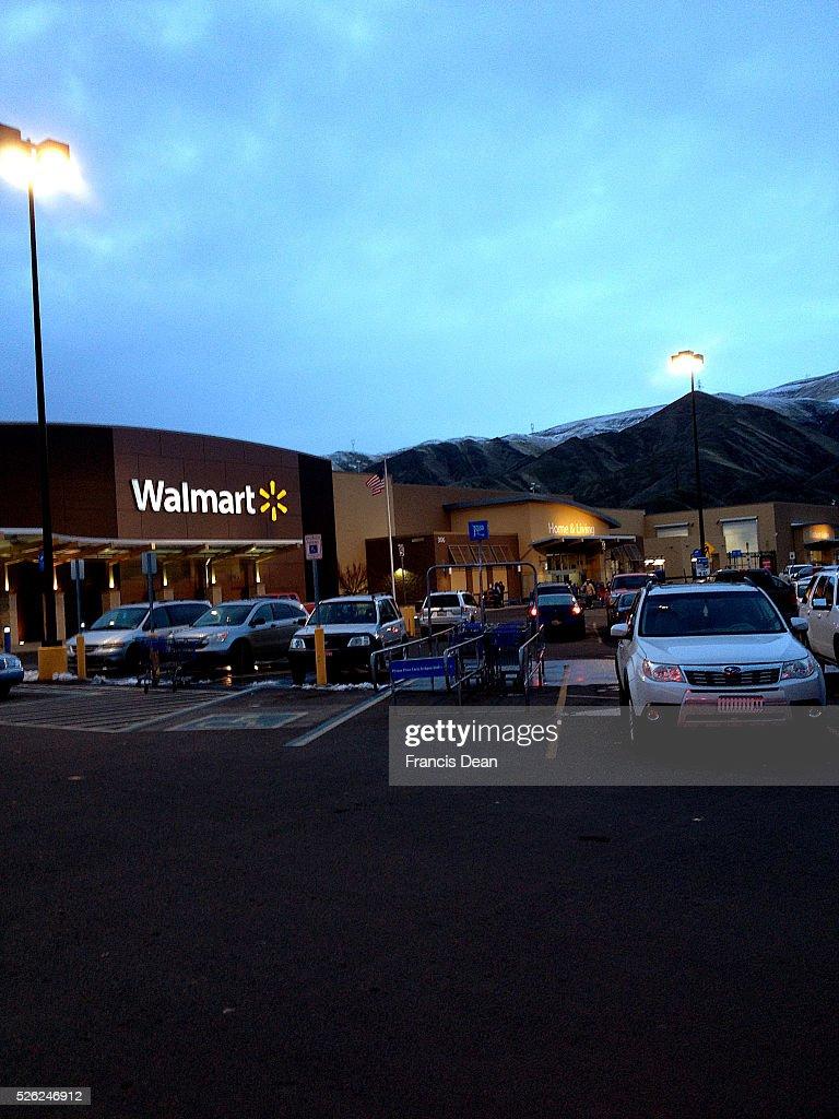 Clarkston/washington State /USA_ 24 December 2015 _ Shoppers vehicles at Walmart store