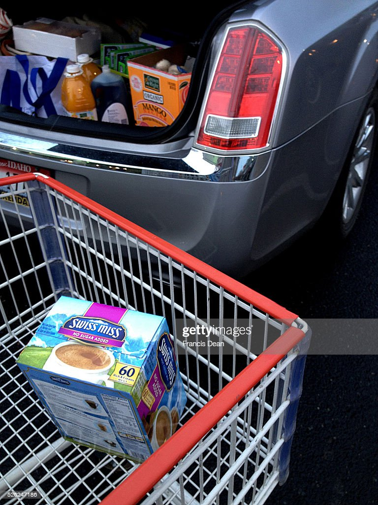 Clarkston/washington State /USA_ 28 December 2015 _ Costco shoppers with full of shopping cart