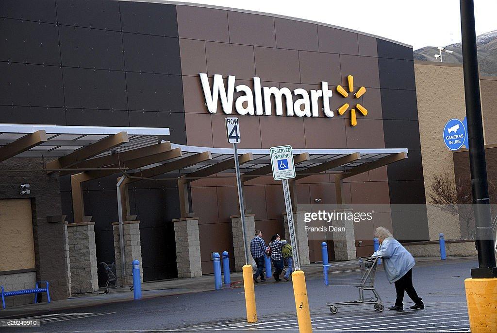 Clarkston/Washington /USA_ 16 January 2016 _ Walmart shoppers at Walmart Mega store and Walmart closed over 200 stores