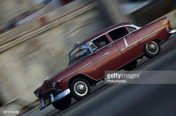 Voiture américaine classique pousse sur le Malecon de la Havane Cuba