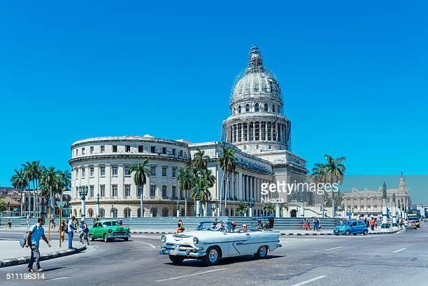 Voitures américaines classiques sur La Havane rue