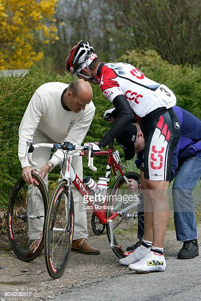 Classic Andrea Tafi with a flat tyre manager Bjarne Riis left