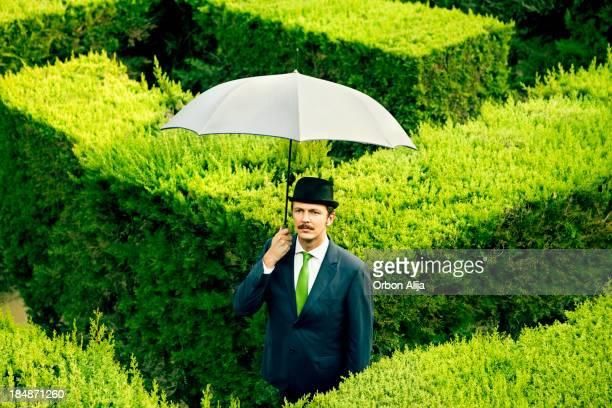Clásico hombre con un paraguas