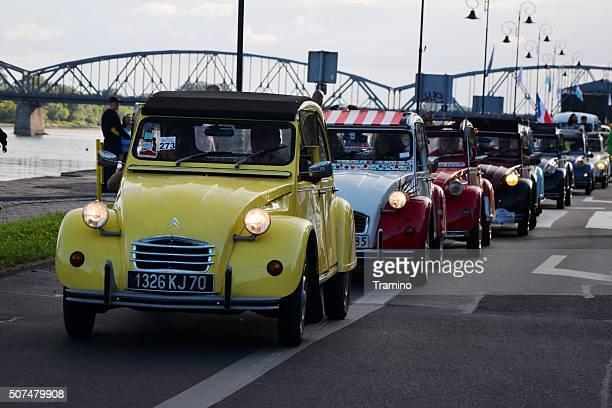 Classique Citroën 2CV à rouler sur la rue pendant la parade