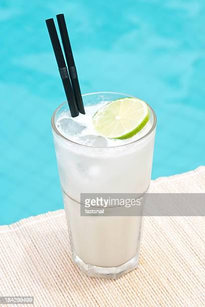 Klassischen Gin Fizz cocktail in der Nähe von waterpool auf der Matte