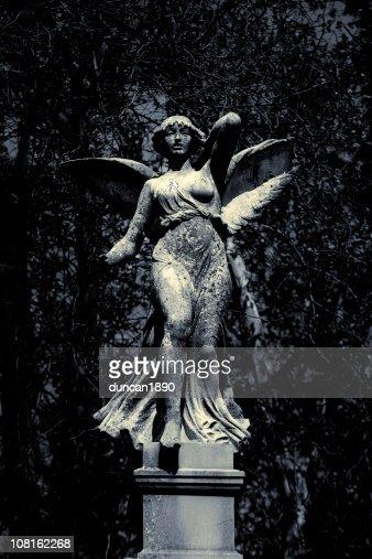 クラシックな大理石の天使の像、庭園、ブラックおよびホワイト