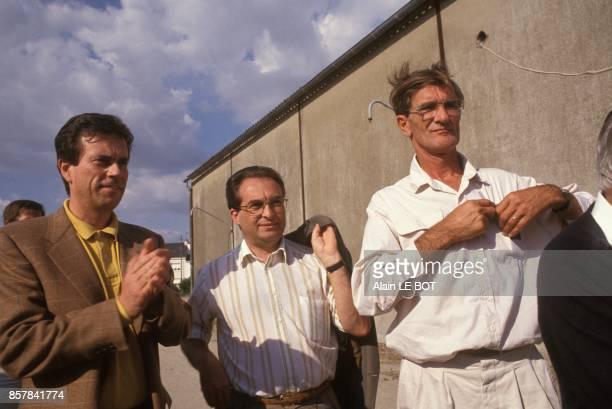 Claude Evin en campagne pour l'election legislative partielle avec le maire de SaintNazaire JoelGuy Batteux 1er a droite le 31 aout 1993 a...
