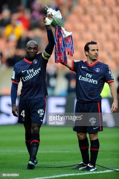 Claude MAKELELE et Ludovic GIULY avec la Coupe de France PSG / Valenciennes 36eme journee de Ligue 1 Parc des Princes