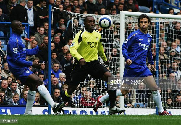 Claude Makelele of Chelsea Darius Vassell of Manchester City and Ricardo Carvahlo of Chelsea challenge for the ball during the Barclays Premiership...