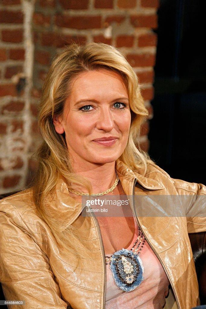 <b>Claudia Kleinert</b> - Moderatorin des Wetters in der ARD - claudia-kleinert-moderatorin-des-wetters-in-der-ard-picture-id544584603