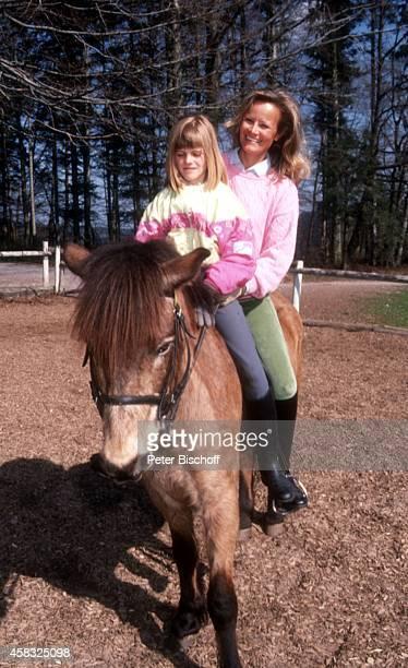Claudia Rieschel mit Nichte Viola Urlaub auf dem 'Mooshof' am in Gaggenau / Moosbrunn Deutschland