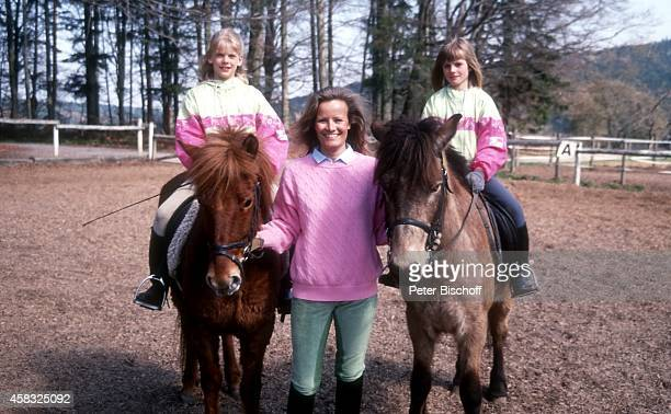 Claudia Rieschel mit Nichten Franziska und Viola Urlaub auf dem 'Mooshof' am in Gaggenau / Moosbrunn Deutschland