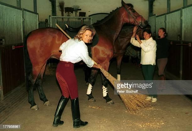 Claudia Rieschel ReitUrlaub auf dem 'Mooshof' Hamburg Deutschland Europa Pferd Tier Stall ausmisten Schauspielerin