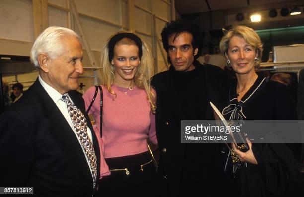 Claudia Schiffer accompagnee de ses parents Heinz et Gudrun Schiffer et David Copperfield lors du defile Pretaporter PrintempsEte 1995 Chanel le 17...