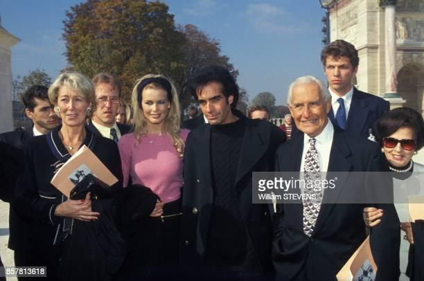 Claudia Schiffer accompagnee de ses parents Heinz et Gudrun Schiffer et David Copperfield arrivent au defile Pretaporter PrintempsEte 1995 Chanel le...