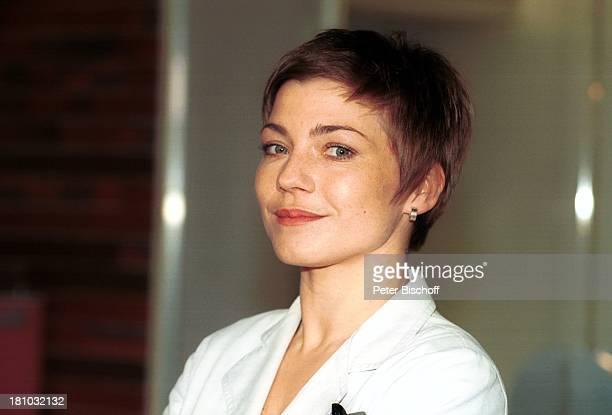 19 September 1966 Sternzeichen Jungfrau SAT1KrankenhausSerie 'Für alle Fälle Stefanie' Folge 'Alte Bäume junges Grün' Schauspielerin Portrait Porträt