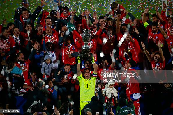 Claudio Bravo of Chile lifts the trophy after winning the 2015 Copa America Chile Final match between Chile and Argentina at Nacional Stadium on July...